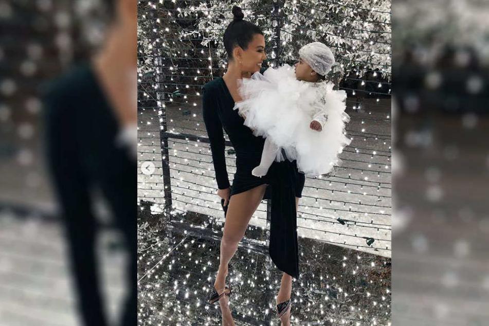 Kourtney Kardashian mit ihrer Nichte True Thompson. Die Fans achten aber auf etwas ganz anderes