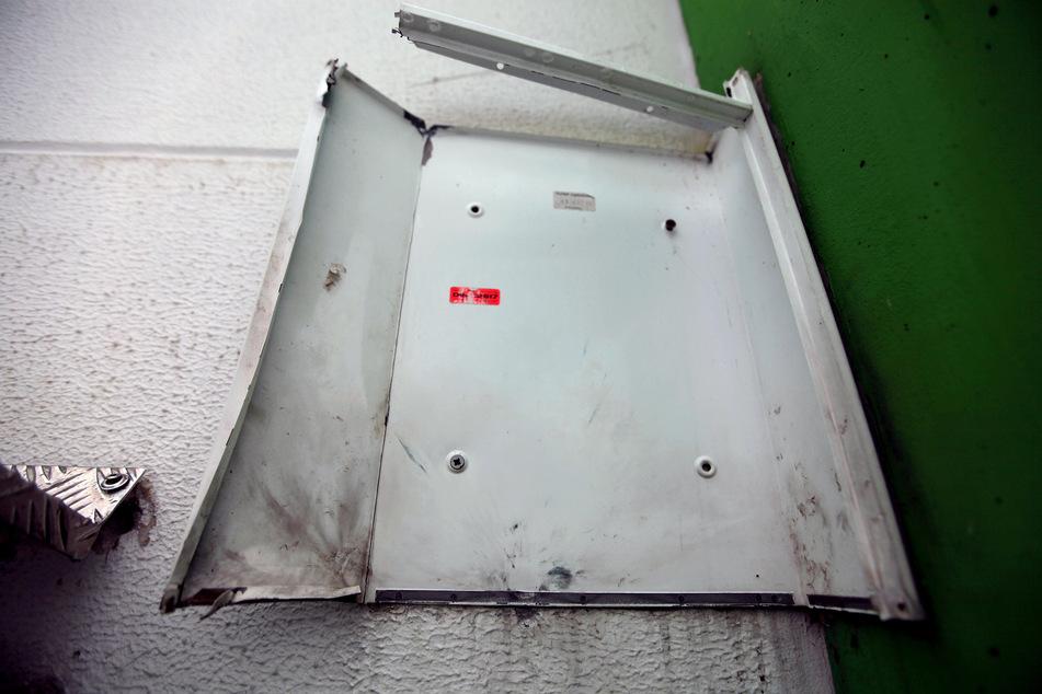 Zerstört durch Pyrotechnik: Von dem Briefkasten blieb nicht mehr viel übrig.