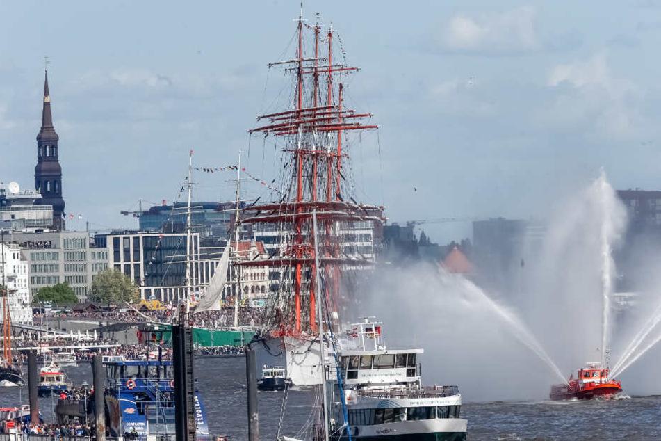 Die Auslaufparade am Sonntag gehört zu den Höhepunkten des Hafengeburtstages.