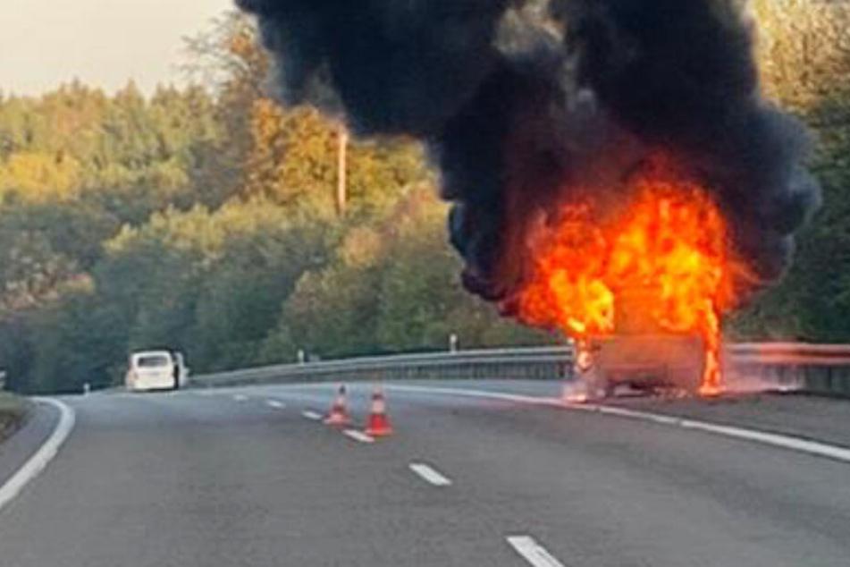 Inferno auf der Autobahn: Wohnwagen geht in Flammen auf