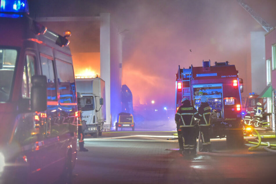 Flammenmeer in Produktionshalle hält Feuerwehr zwei Tage lang in Atem