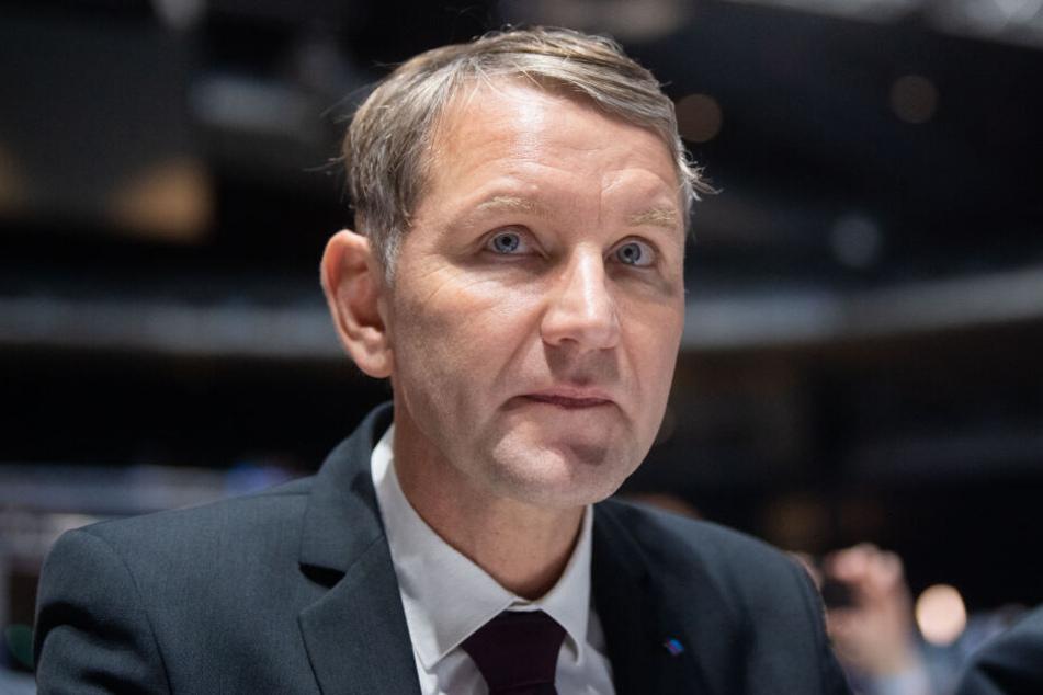 Igitt! Björn Höcke bekommt Windel mit Urin geschickt