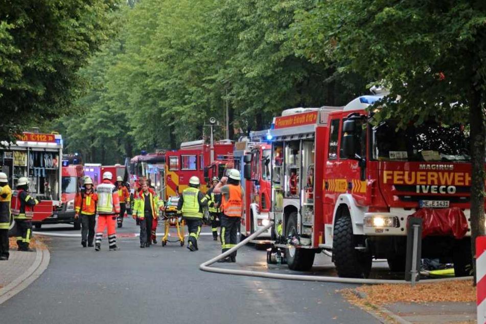 Ein Feuerwehrmann wurde verletzt, kam in ein Krankenhaus.