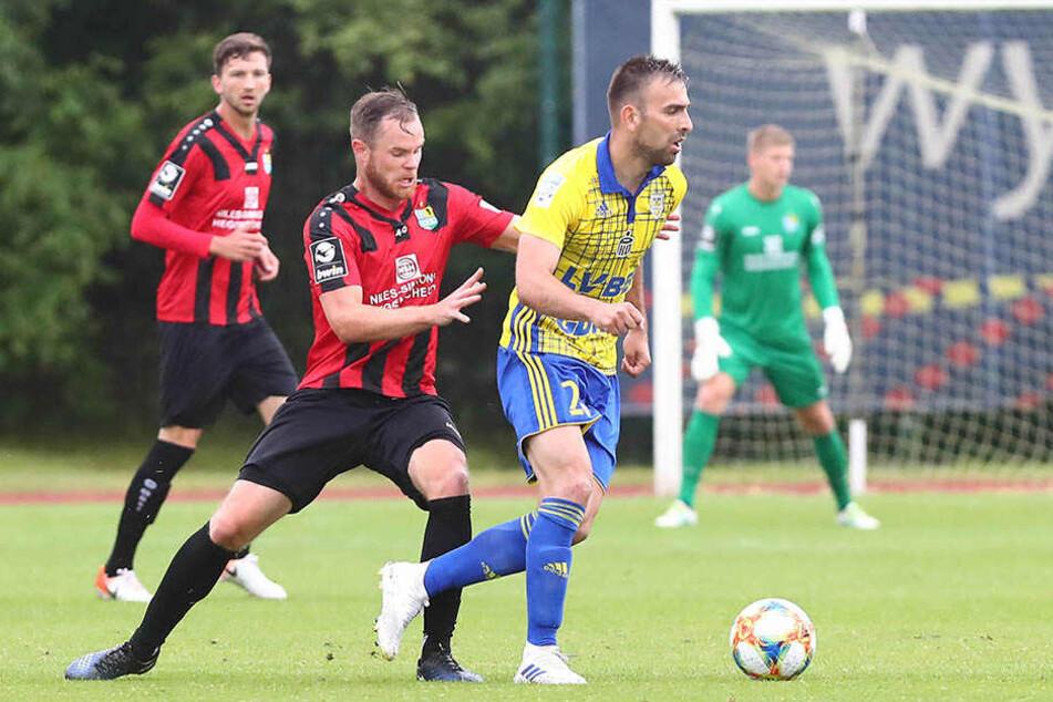 CFC-Kicker Tobias Müller (l.) im Zweikampf gegen Azer Busuladzic von Arka Gdynia.