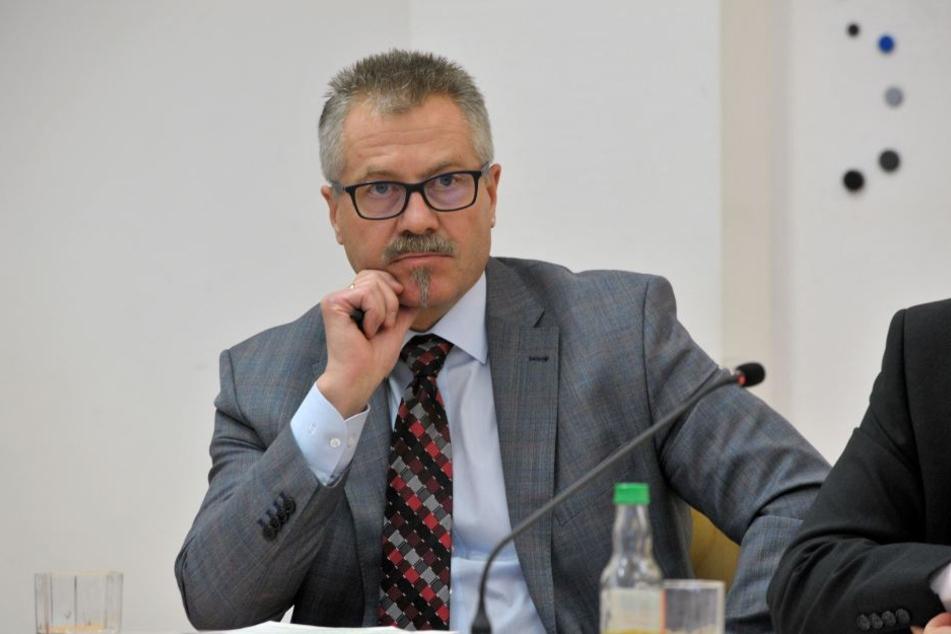 Mit Streifen, Videoüberwachung und Fahrradstaffel will Bürgermeister Miko Runkel (56, parteilos) für Ordnung und Sicherheit sorgen.