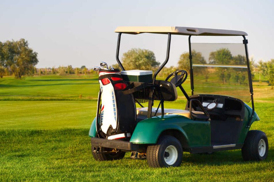 Ein Golfcart wurde auf einem Golfplatz abgestellt. (Symbolbild)
