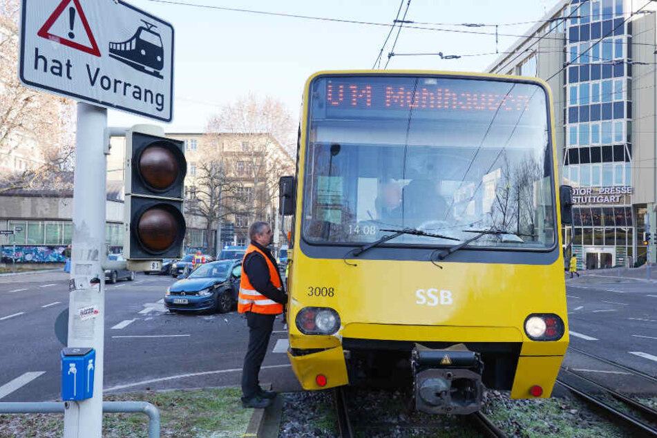 In diese Stadtbahn krachte die 20-Jährige mit ihrem VW.