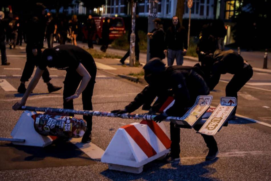 Unbekannte zerstören die Straßenbarrikaden.