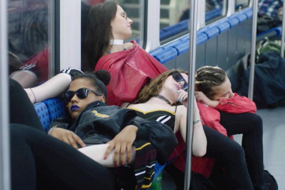 S-Bahn-Koma nach einer Partynacht: Janaina (oben, Janaina Liesenfeld), Emmy (hinten, Emily Lau), Joy (vorne, Joy Grant) und Abbie (Abbie Dutton) schlafen dort, wo es ihnen passt.