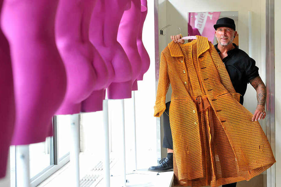 Kostüm-Chef Tino Helbig (50) zeigt, welche Kostüme am Wochenende zum Verkauf stehen.
