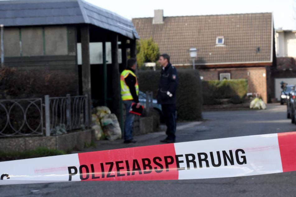Die Polizei sucht die Umgebung des Tatorts nach Spuren ab.