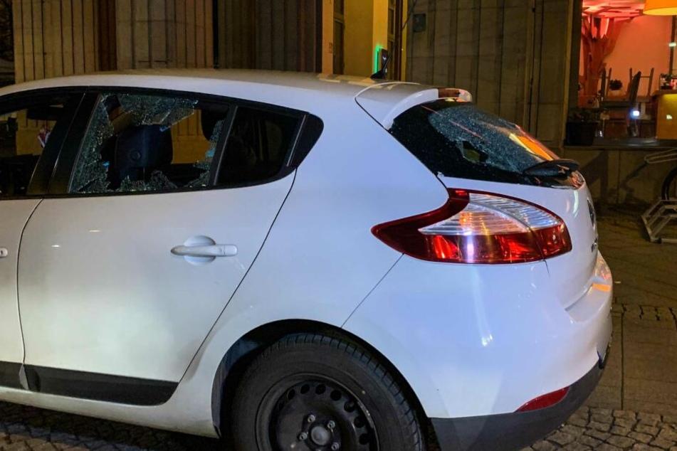Die Fensterscheiben des Wagens wurden eingeschlagen.