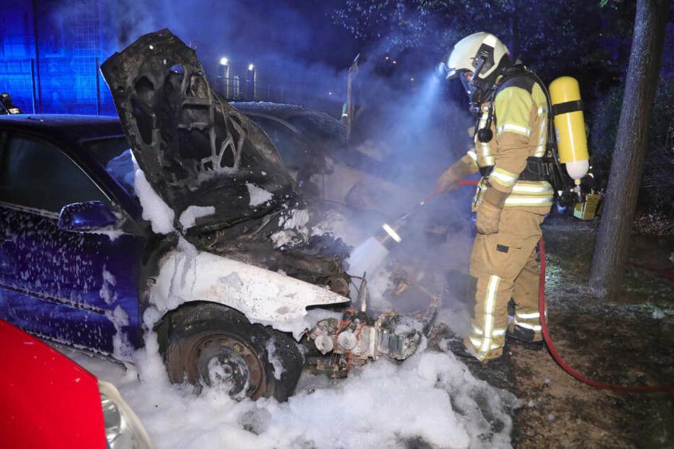 Schon in der Nacht zum Reformationstag setzte ein Brandstifter Autos in der Braunsdorfer Straße in Brand.