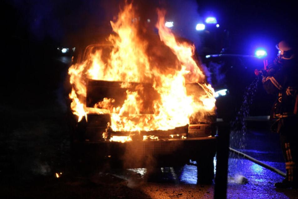 Brandstiftung auf der Stadtautobahn? Gestohlener VW Transporter geht in Flammen auf!