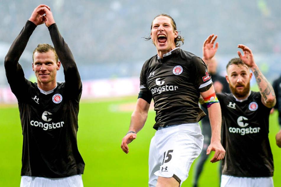 Die Spieler des FC St. Pauli freuen sich über den Derby-Sieg.