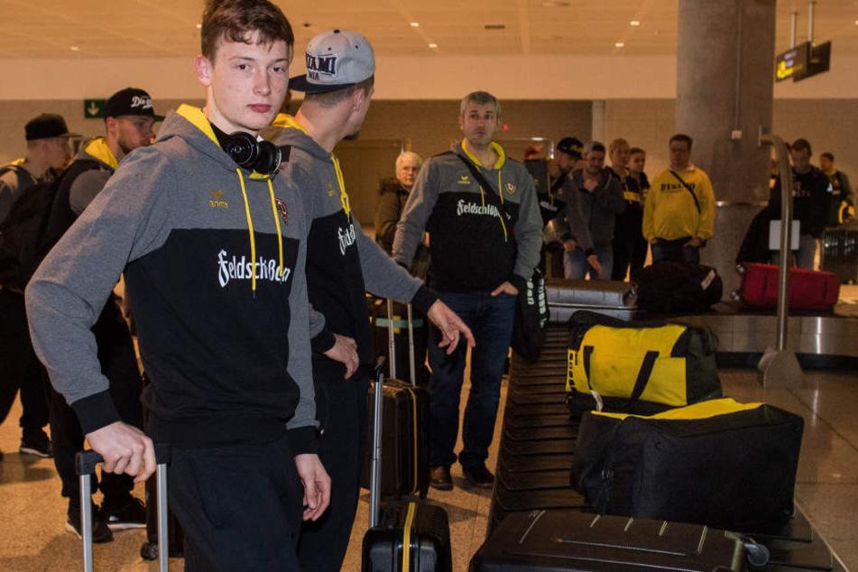 Die Dynamos - hier vorn Keeper Markus Schubert - nach der Ankunft auf dem Flughafen beim Warten aufs Gepäck.