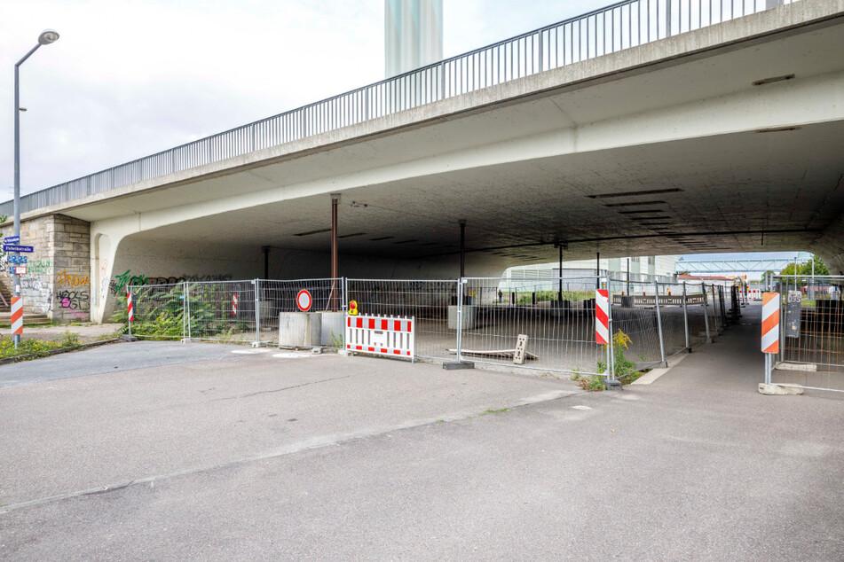 Die Fabrikstraße am Kraftwerk Nossener Brücke ist mittlerweile komplett dicht.