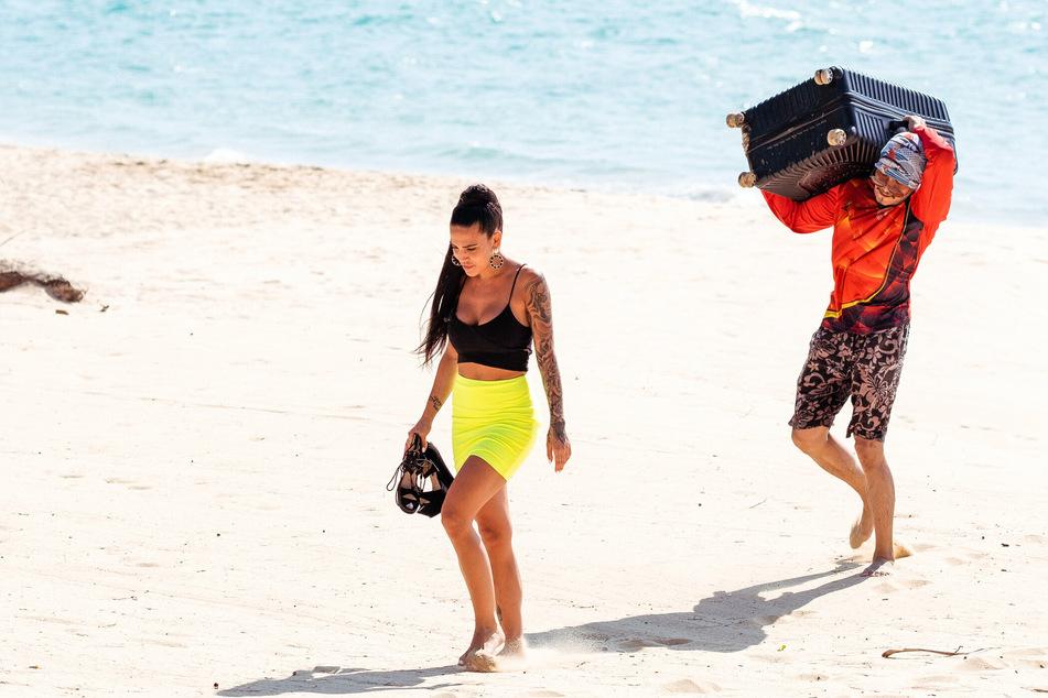 Elena Miras lässt sich zum Einzug in die Villa den Koffer tragen.