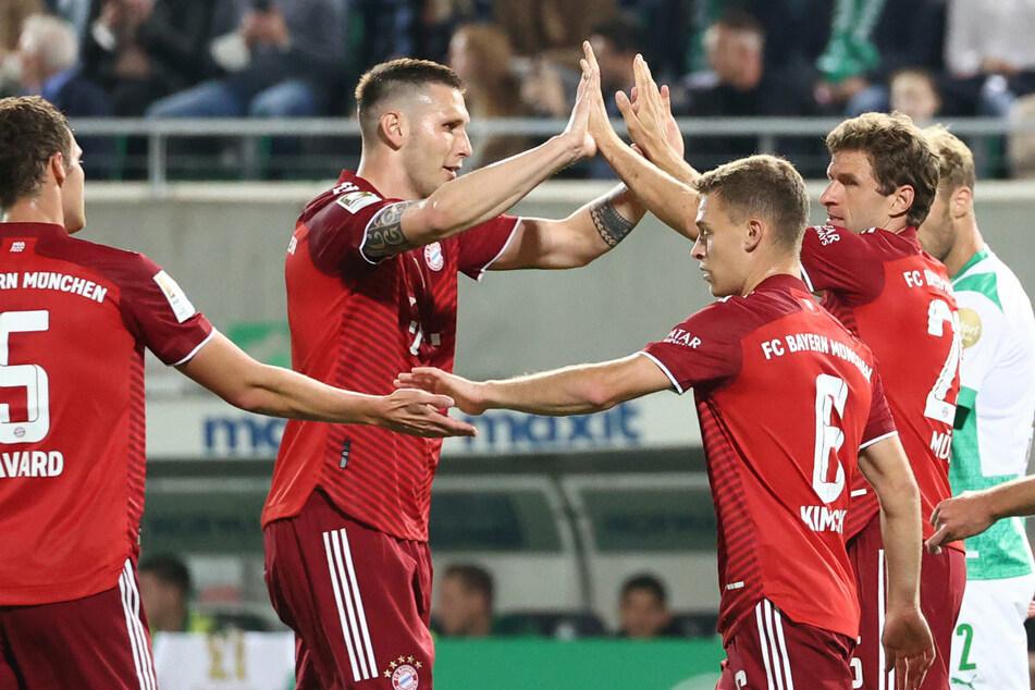 Torschütze Thomas Müller (r.) klatscht mit Niklas Süle (2.v.l.) feierlich nach dem ersten Treffer der Partie ab.
