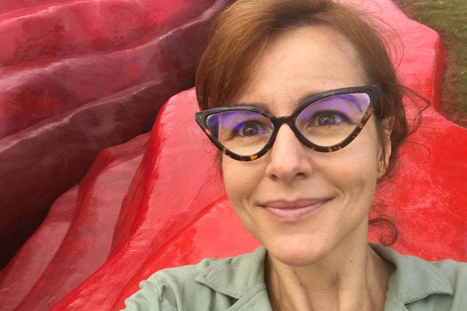 Juliana Notari (45) vor ihrem Kunstwerk.