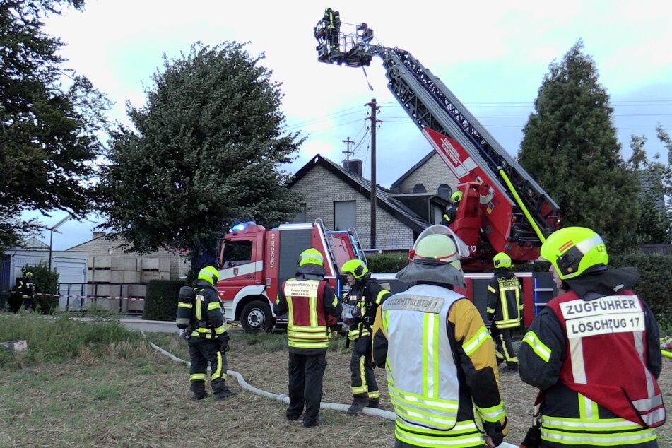 Dachstuhl-Brand in Neusser Wohnhaus löst Großeinsatz aus