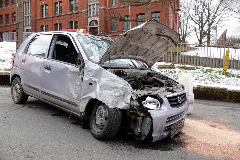 Totalschaden! Ein Suzuki-Fahrer krachte am Mittwoch gegen eine Grundstücksmauer in Chemnitz-Wittgensdorf.