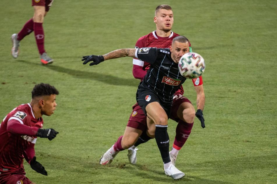 Türkgücüs Sercan Sararer (31, im schwarzen Trikot) im Zweikampf mit Dynamo-Verteidiger Kevin Ehlers (20). Ob beide bald Teamkollegen sind, hängt davon ab, ob sich Sararer mit seinem Münchner Verein einigen kann und ob Dynamo bereit ist, eine Ablöse für den Angreifer zu zahlen.