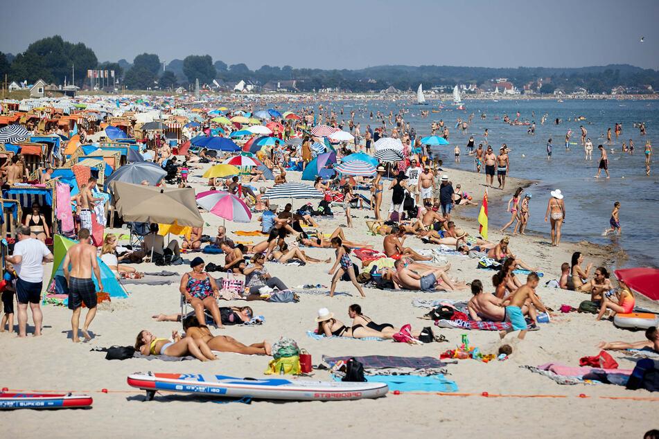 Badegäste tummeln sich am Ostsee-Strand in Scharbeutz.