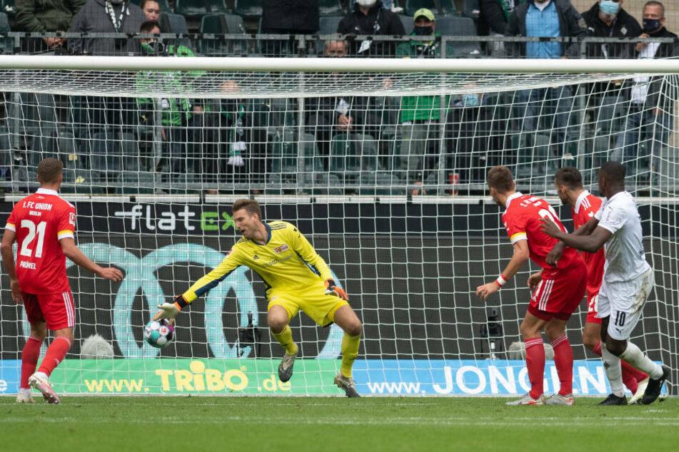 Marcus Thuram (r.) köpft nach einer Ecke von Jonas Hofmann das 1:0 für Borussia Mönchengladbach.