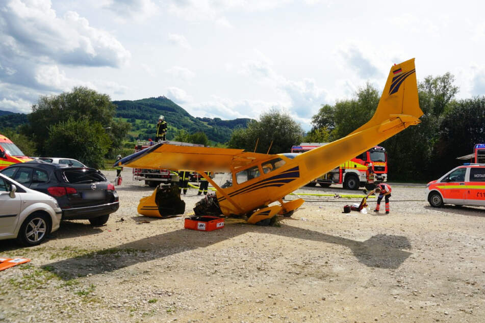 Mehrere Verletzte: Flugzeug gerät auf Parkplatz und kracht in Auto