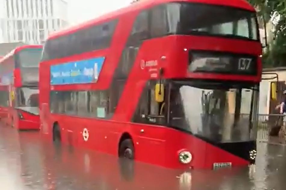 London: Ein Bus steht auf einer überschwemmten Straße. Gewitter, die Blitze und sintflutartigen Regen in den Süden bringen, sollen laut Meteorologen bis zum 26. Juli anhalten.