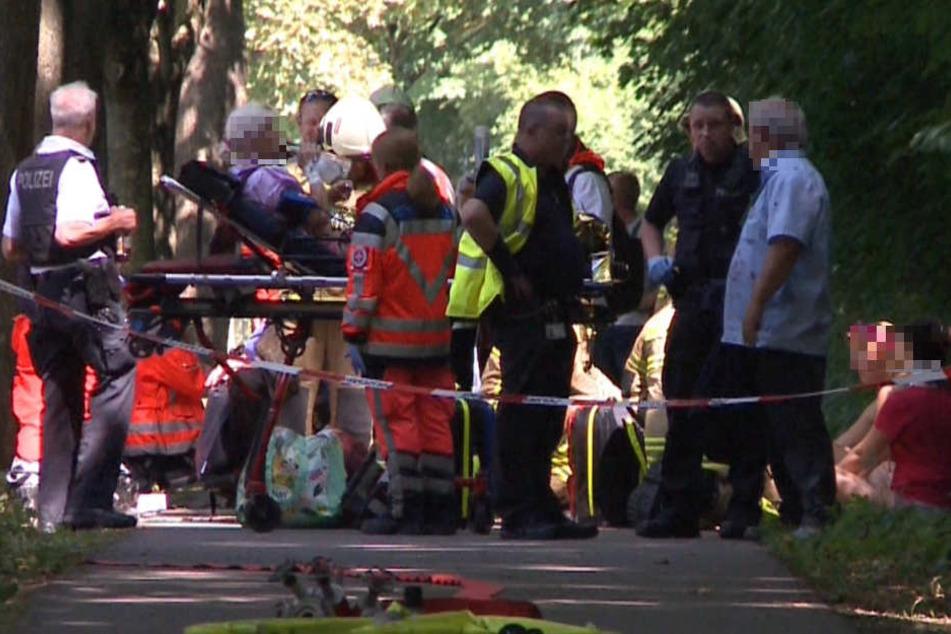 Die Rettungskräfte kümmern sich um mehrere Verletzte.