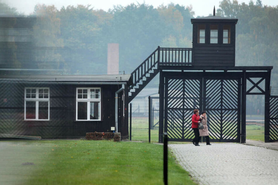 Besucher passieren den Eingang an der Gedenkstätte des KZ Stutthof. (Archivbild)