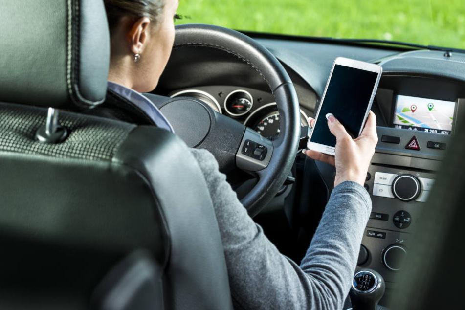 Als die Frau beim Telefonieren im Auto erwischt wurde, stellte sich heraus, dass sie keinen Führerschein besitzt.