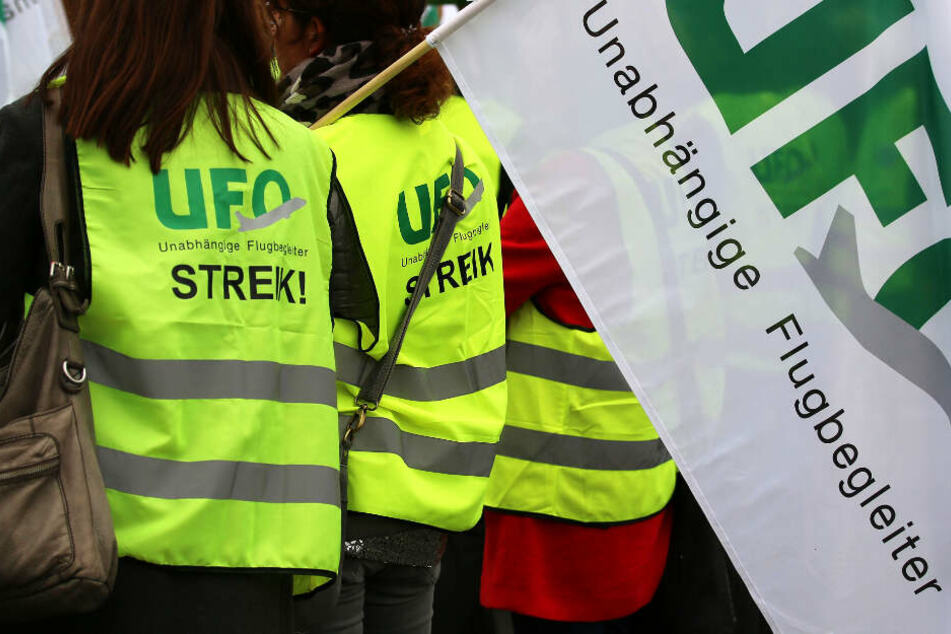 Die Flugbegleiter (Archivbild) wollen am Sonntag von 5 bis 11 Uhr in den Streik treten.
