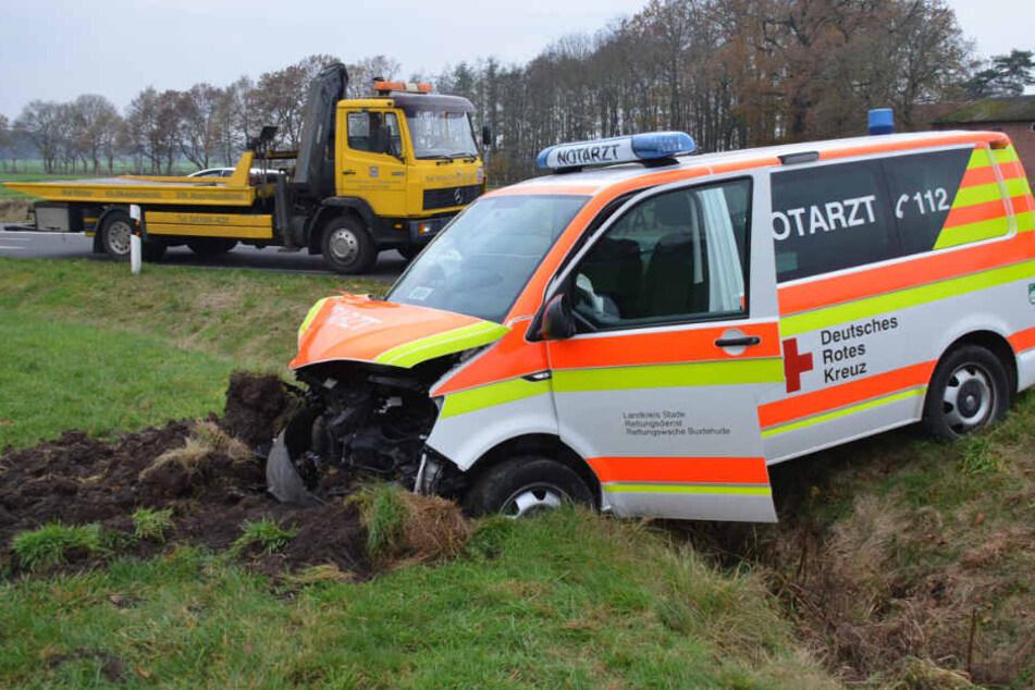 Der Rettungswagen blieb im Straßengraben stecken.
