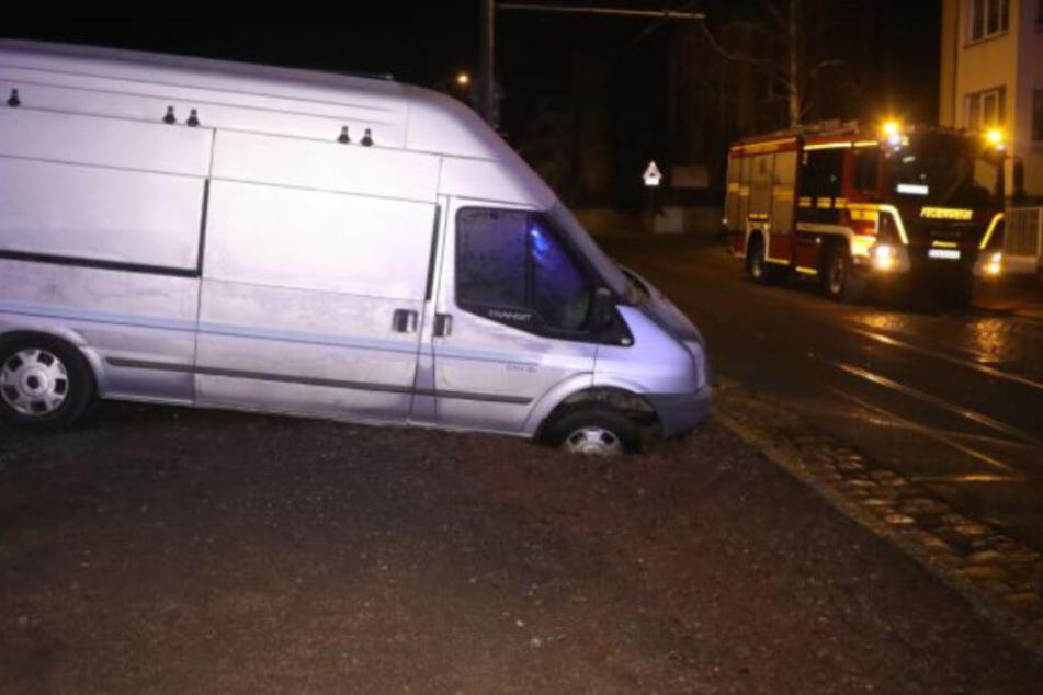 Dresden: Rohrbruch in Dresden: Straße unter Wasser, Transporter sackt ab!