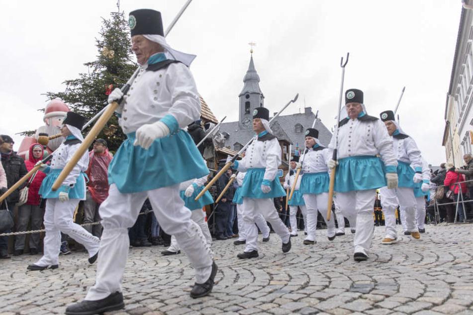 Bei der Abschlussbergparade des Sächsischen Landesverbandes der Bergmanns-, Hütten- und Knappenvereine liefen rund 1100 Männer und Frauen in der traditionellen Tracht der Bergleute mit.