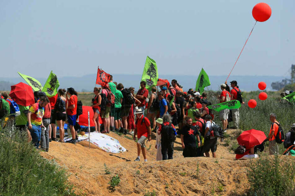 Aktivisten protestieren am Hambacher Forst. (Archivbild)
