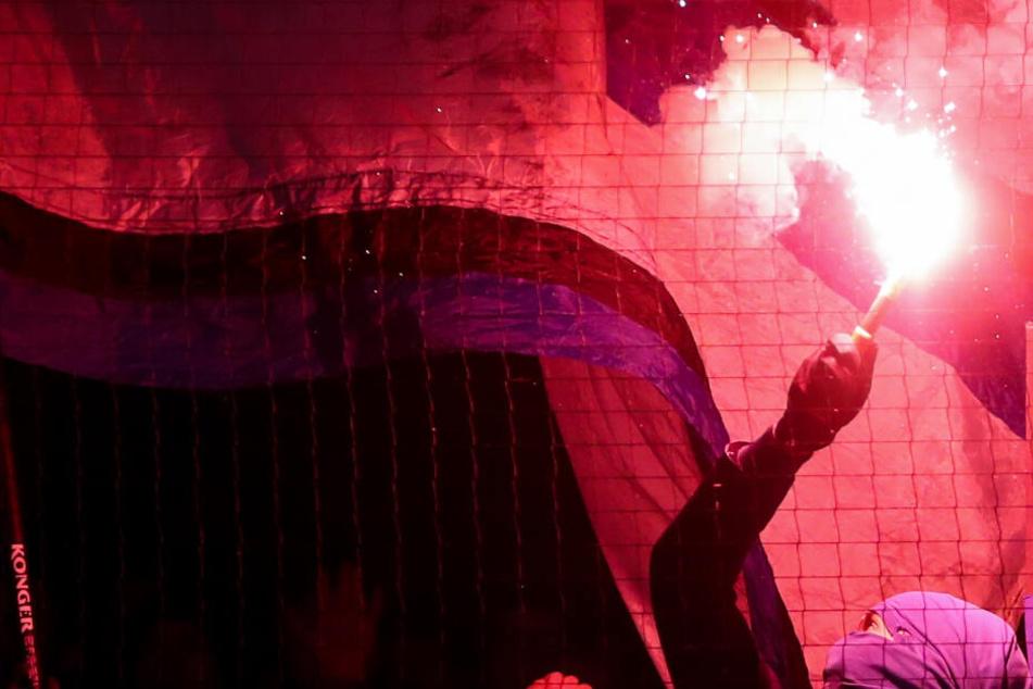 Ein Ordner wurde mit Pyrotechnik beworfen. (Symbolbild)