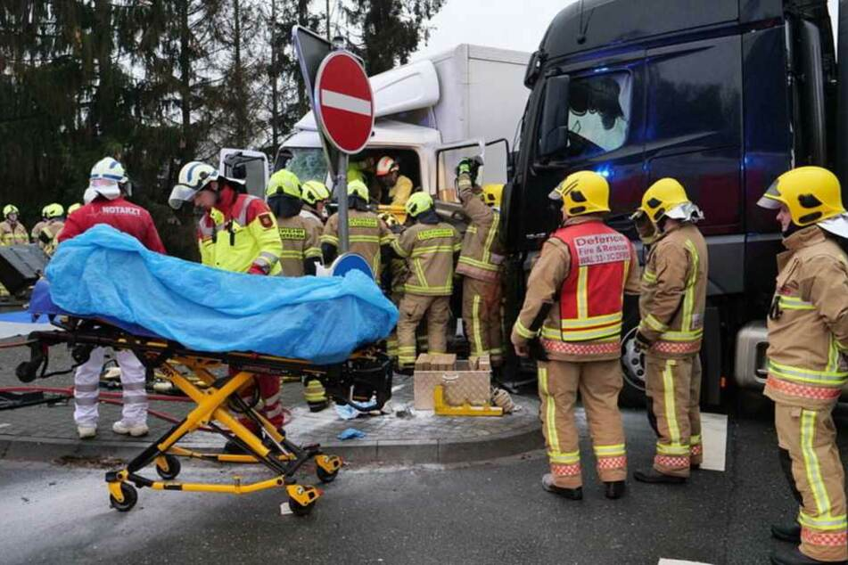 Einer der Fahrer musste von der Feuerwehr aus seinem Wagen befreit werden.