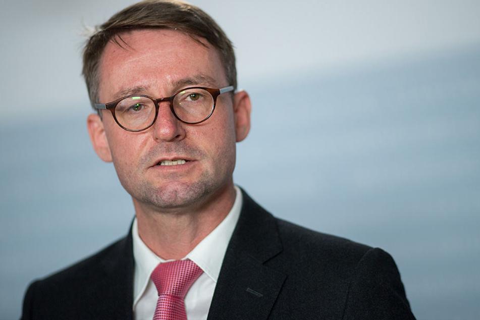 Dachsen Innenminister Roland Wöller (CDU) äußert sich vor Journalisten zu den bekannt gewordenen Betrugsversuchen an der Polizeihochschule Rothenburg.
