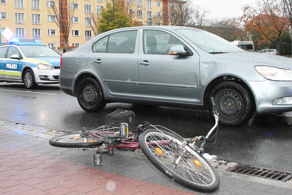 In Hoyerswerda stießen eine Radlerin und ein Skoda miteinander zusammen.