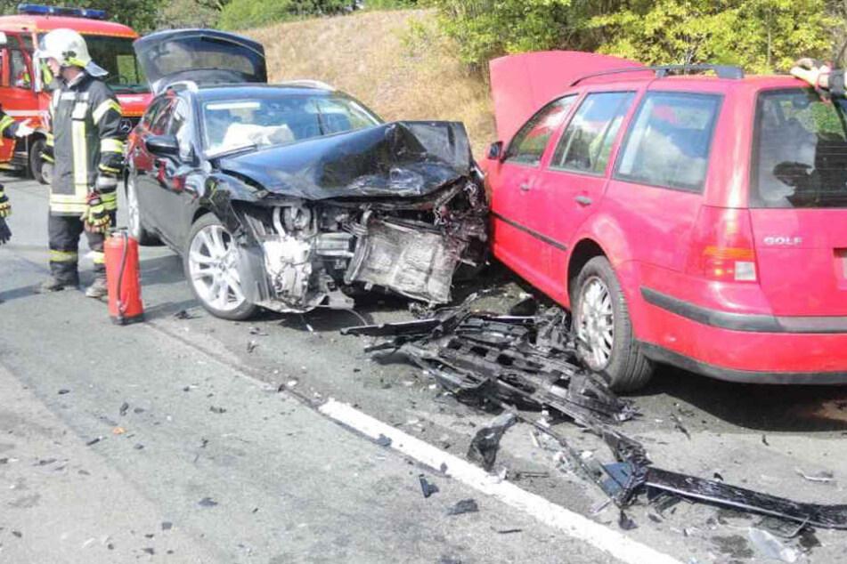 Mazda-Fahrer passt kurz nicht auf: Sechs Verletzte bei schwerem Unfall