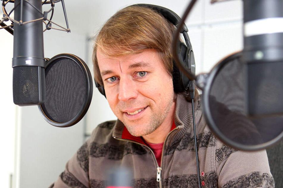 """MDR-""""Biwak""""-Moderator Thorsten Kutschke vertont im Studio einen Beitrag."""