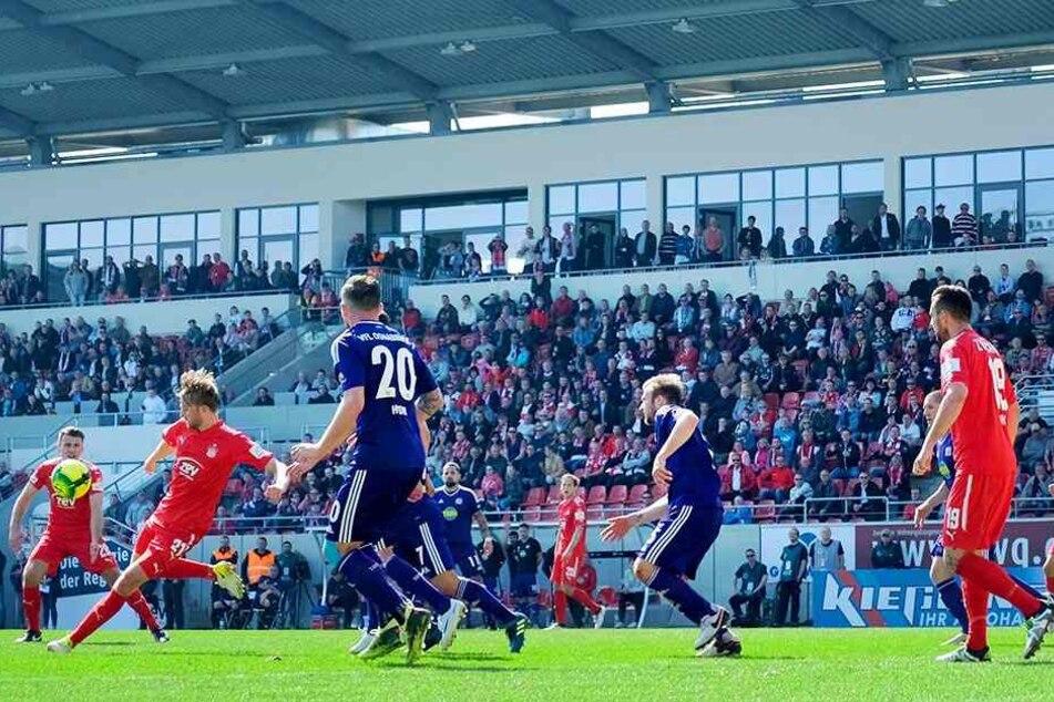 Jan Washausen (l.) zieht aus der Drehung ab und hämmert den Ball zum 1:1 in die VfL-Maschen.