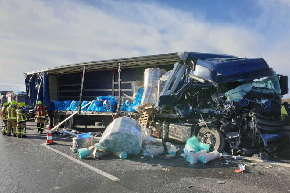 Sperrung bei Brieselang: Lkw prallt ungebremst auf Schilderwagen