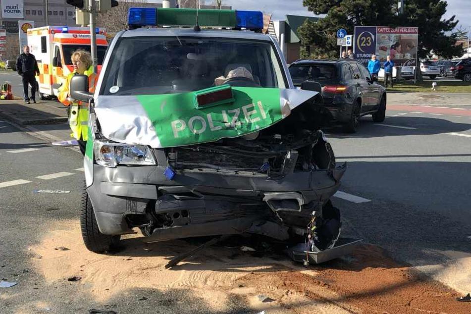 Das Polizeiauto fuhr mit voller Wucht gegen einen Golf als es über eine Kreuzung in Nürnberg fuhr.