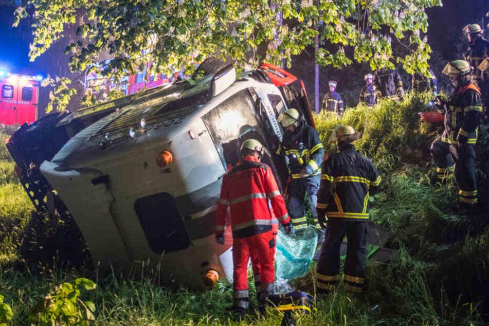 Herzinfarkt am Steuer? Lkw-Fahrer rast vom Deich und stirbt