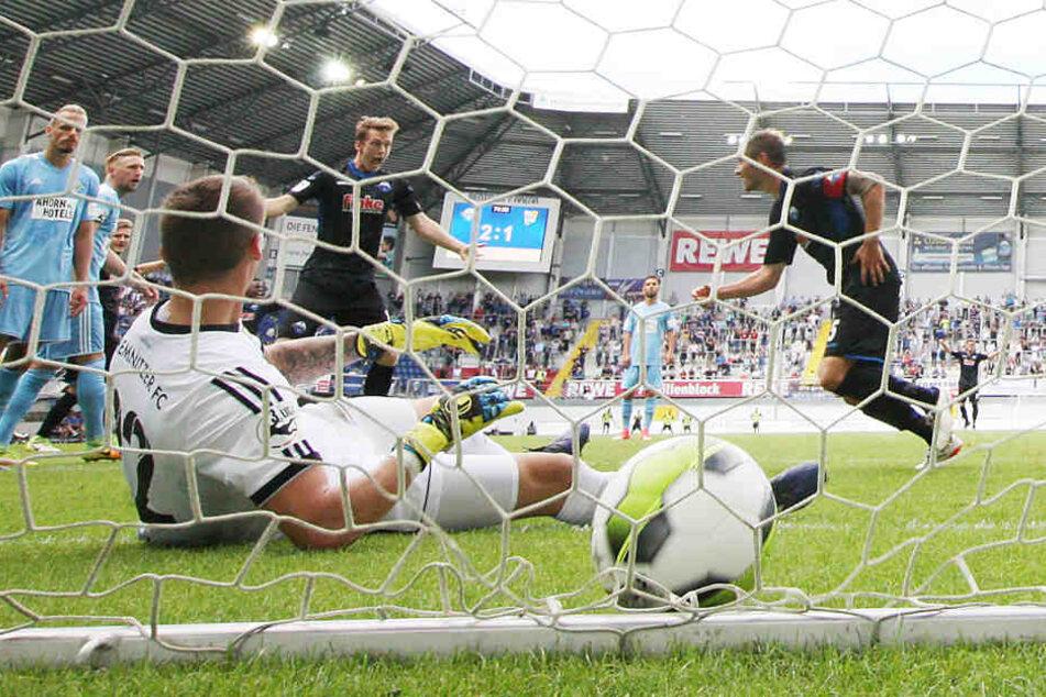 Paderborns Christian Strohdiek (r.) dreht jubelnd ab - gerade hat er CFC-Keeper Kevin Kunz zum 3:1  überwunden.